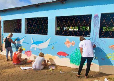 volunteers-painting-school-africa